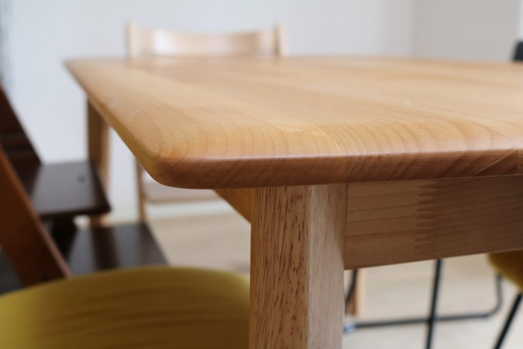 テーブルの角。なめらか。